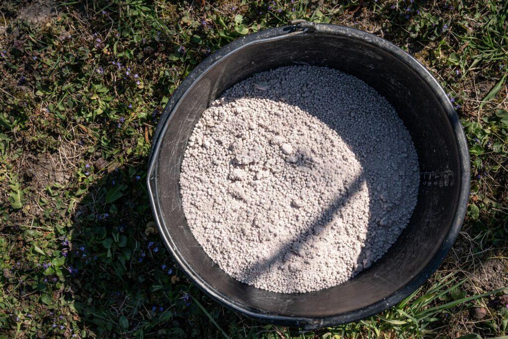 Eimer mit Kalk im Garten