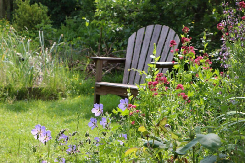 Stuhl im bunten Garten