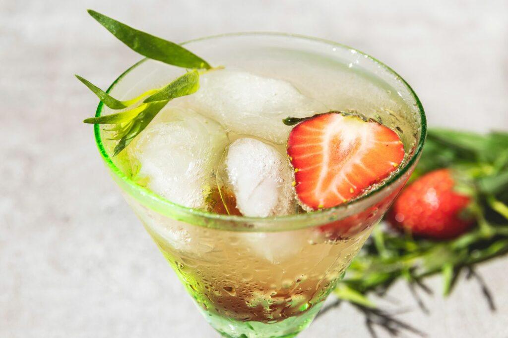 Sommercocktail Limonade mit Eis, Erdbeeren und Tarragon