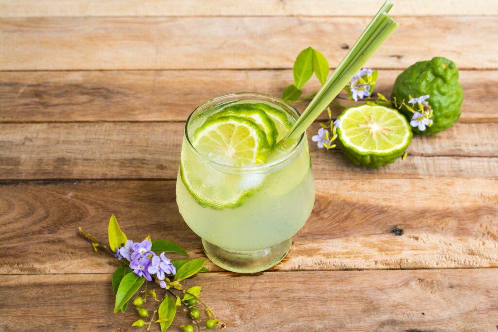 Limetten-Cocktail mit Zitronengras