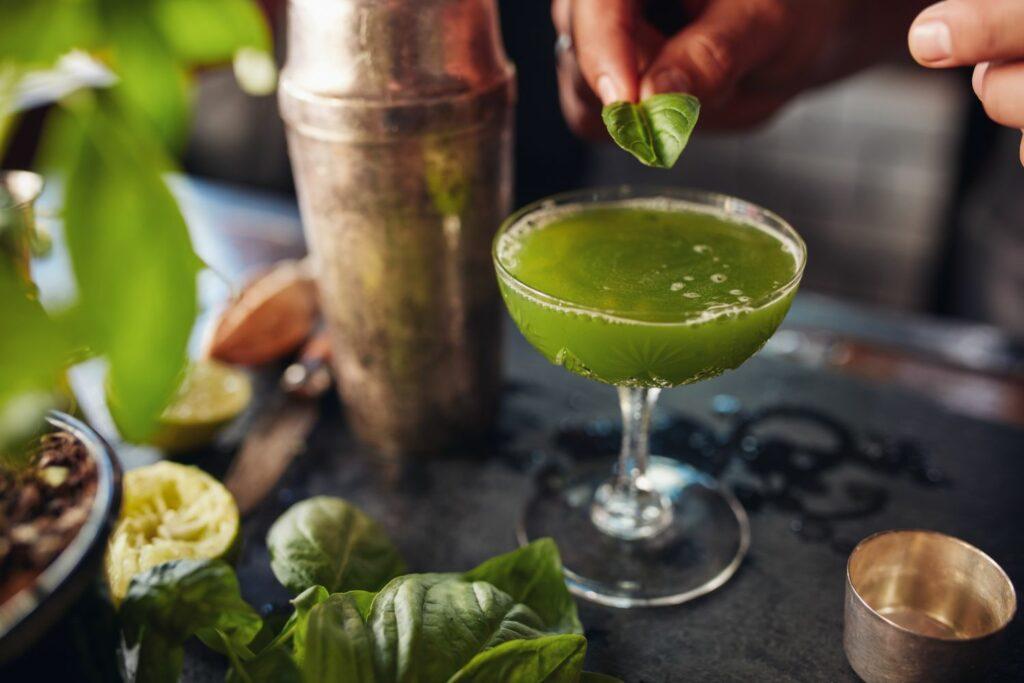 Cocktail mit Basilikum