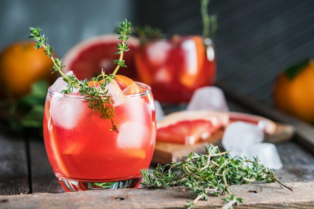 Cocktail mit Grapefruit und Thymian