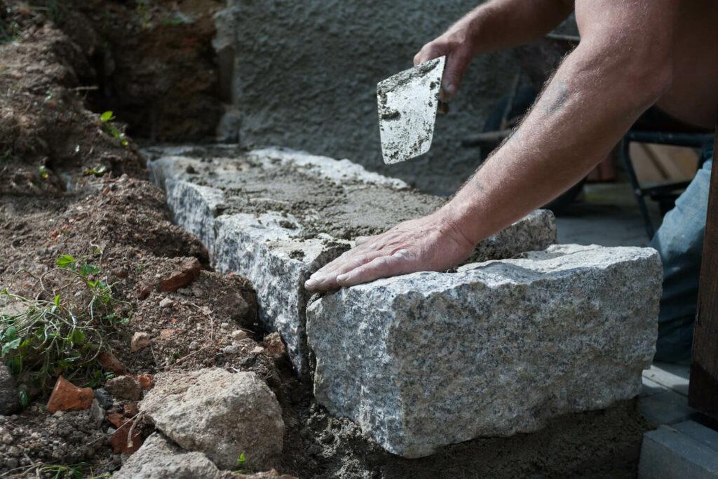 Natursteinmauer eines Hochbeets