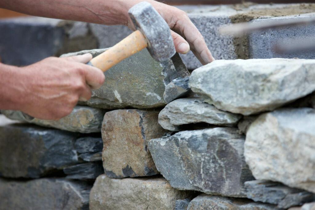 Hochbeet mit Natursteinmauer