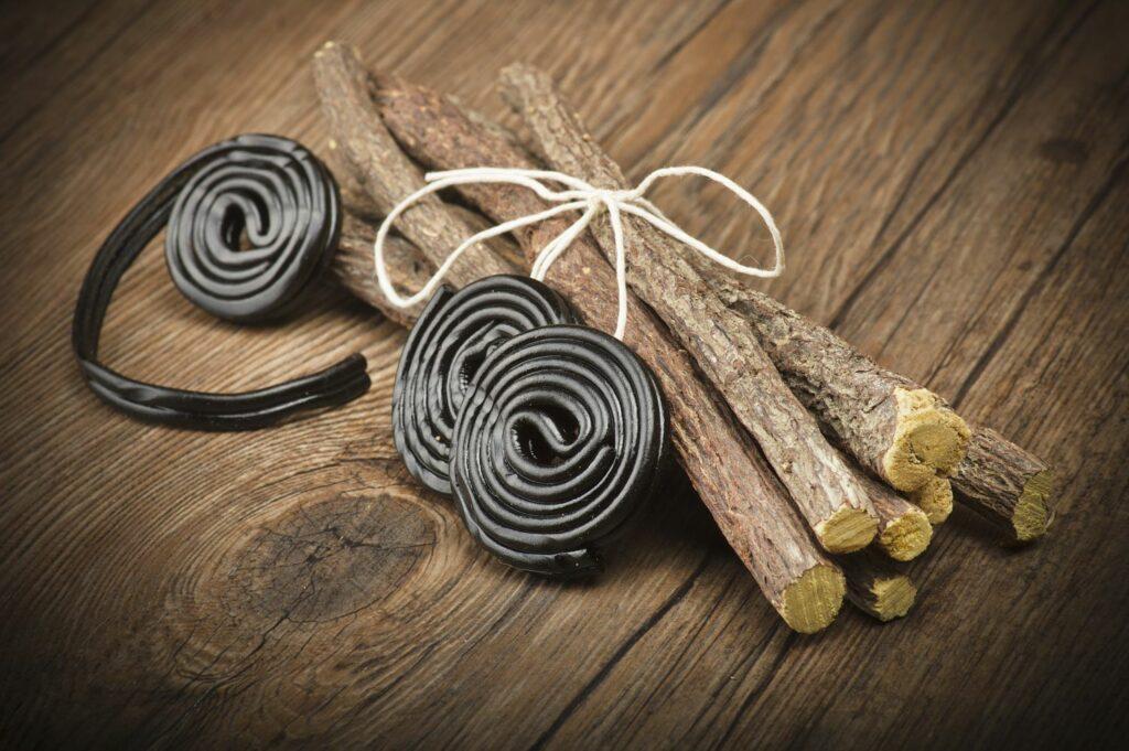 Süßholz und fertige Lakritze