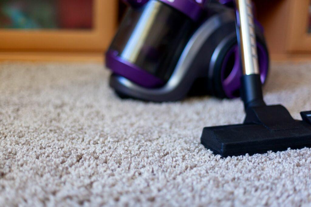 Staubsauger auf einem Teppich