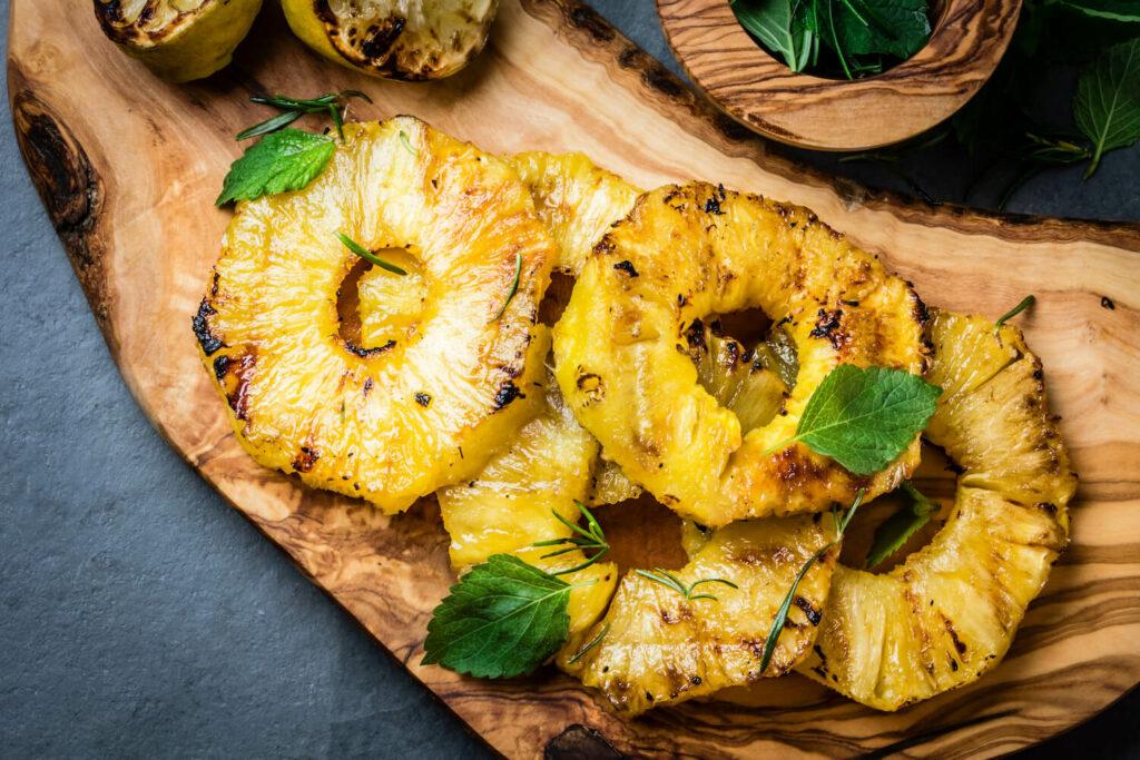 Minze auf gegrillter Ananas