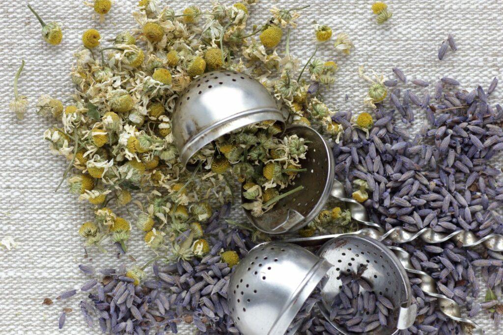 Getrocknete Kamillen- und Lavendelblüten