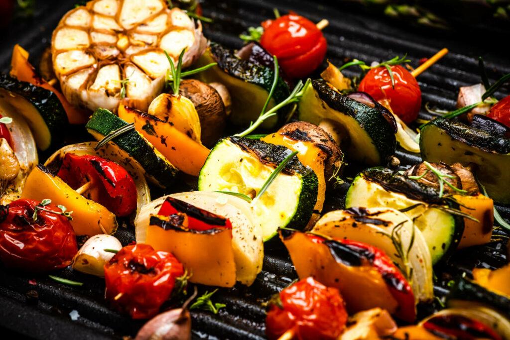 Gemüsespieße mit Kräutern auf dem Grill