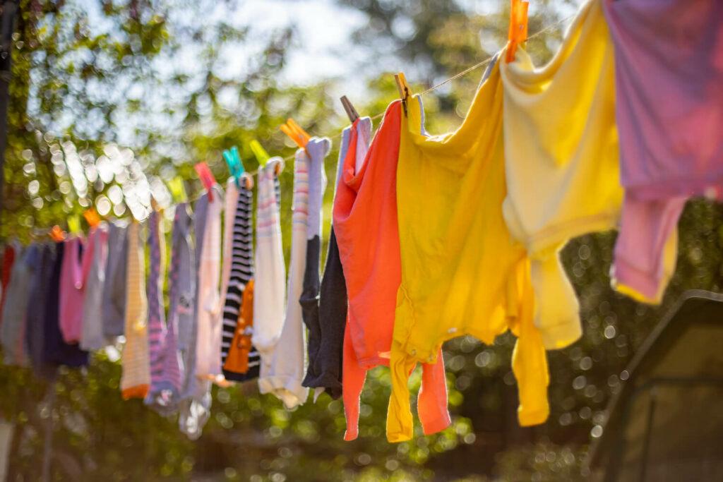 Kleidung an Wäscheleine